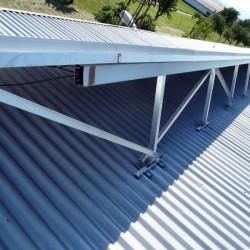 Hosekra kritine, Valmetal srebrne barve, z svetlobnimi ploščami, za primeren naklon za na streho so uporabljeni alu trikotniki