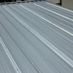 Sončna elektrarna na garaži z Kritino T4 srebrne barve z 5 cm izolacijo, pripravljena za fotovoltaiko z sistemom EH