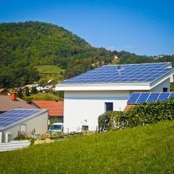 Sončna elektrarna Hosekra elektro model streha T4 z izolacijo 5 cm, srebrne barve, na strehi novozgrajenega objekta in na novozgrajeni Hosekra garaži