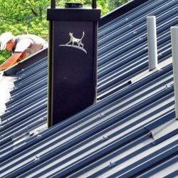 Hosekra Elektro, streha za pasivno hišo, kritina je mat črne barva, obrobe so svetleče črne barve
