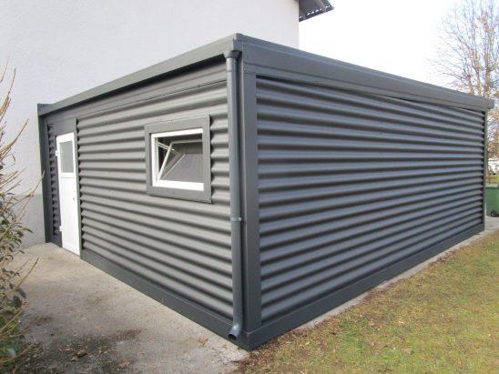 Dvojne garaže z oknom in vrati