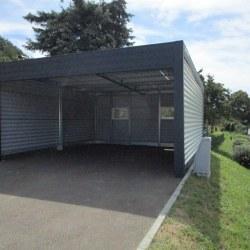 Široka garaža z rolo vrati - na asfaltu