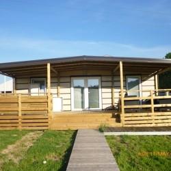 Magnolija mobilna hiška s široko teraso.