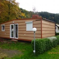 Mobilna hiška z okni in roletami