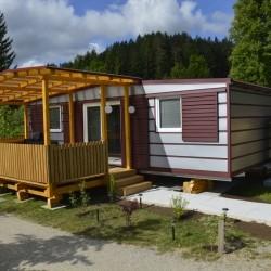 Srebrna fasada mobilne hiške v kombinaciji z bordo rdečo