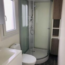 Notranjost mobilne hiške - kopalnica