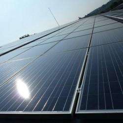 Streha dvokapnica z EH hosekra sendvič paneli strehe in alu nosilci za sončno elektrarno 100kW.