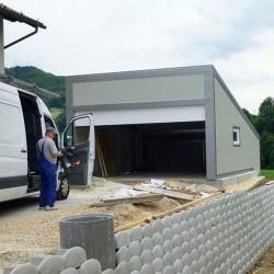 Garaža velika z naklonom za fotovoltaične module z streho T4 in sistemom Elektro Hosekra