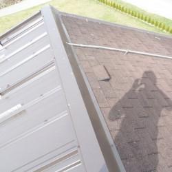 Prikaz leve in desne strani strehe. Ena stran je z prekrita z tegolo, druga stran pa z EH