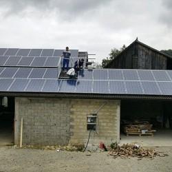 Montaža sončne elektrarne na strešno kritino Hosekra Valmetal rjave barve, montažo je izvajalo podjetje Ivanoš gradnje
