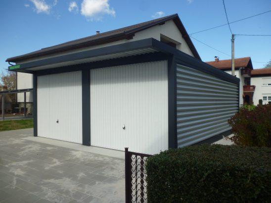 Dvojne garaže z nadstreškom nad vrati