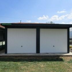 Avtomobilska garaža z belimi vrati za dva avtomobila z nadstreškom