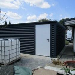 Dvojna garaža z belimi vrati z nadstreškom