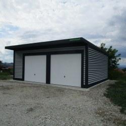 Dvojna garaža širša in nadstreše, bela vrata