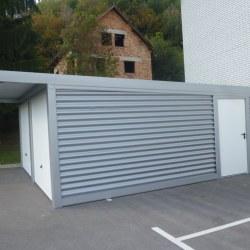 dvojna_garaza_z_nadstreskom_nad_vrati_siva