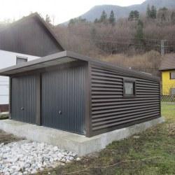 Rjava dvojna garaža z nadstreškom