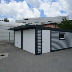 Dvojna garaža + nadstrešek nad vrati postavljena na parkirišču