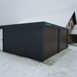 Dvojna garaža, rjava vrata in še dodatna vrata