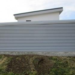 Siva dvojna avtomobilska garaža - stranski pogled