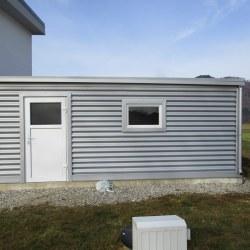 Srebrna garaža z vrati
