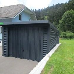Antracid barva garaže z nadstreskom nad vrati