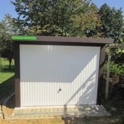 Enojna garaža rjavo bele barve - spredaj