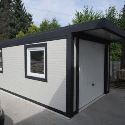 enojna_garaza_z_nadstreskom_nad_vrati_in_dvemi_okni