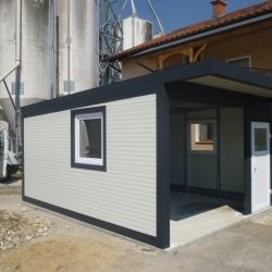 enojna_garaza_z_nadstreskom_nad_vrati_dodatna_vrata_in_okna