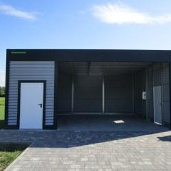Moderna avtomobilska garaža z rolo vrati