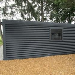 Enojna šiša avtomobilska garaža z oknom in vrati