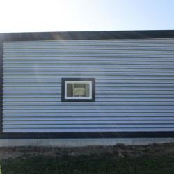 Avtomobilska garaža z oknom in vrati