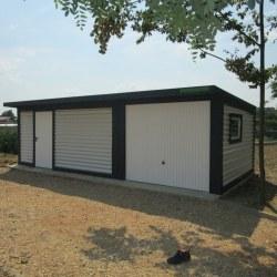 Garaža in širok dodatni del z vrati