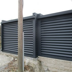 Garaža po naročilu z zamaknjenim delom in vrati