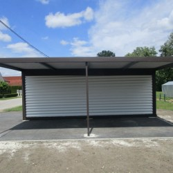 Garaža z nadstreškom ob strani