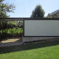 Enojna garaža rjavo bele barve z nadstreškom