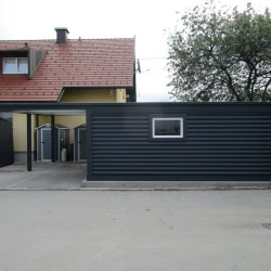 Avtomobilska garaža z nadstreškom