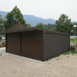 Rjava garaža z nadstreškom