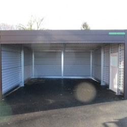 Rjava avtomobilska garaža z rolo vrati