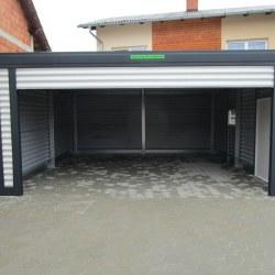 Svetla avtomobilska garaža z rolo vrati + dodatnimi vrati in oknom