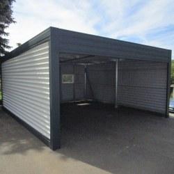 Široka garaža z rolo vrati - stranski pogled