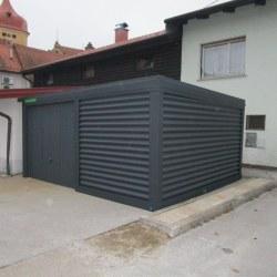 Antracit široka garaža ob objektu