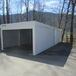 Podaljšana garaža bele barve