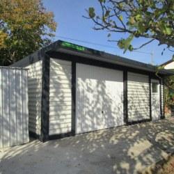 Razširjena enojna garaža z dodatnimi vrati