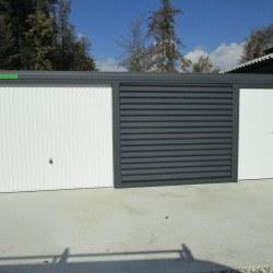 Široka enojna garaža z dodatnimi vrati