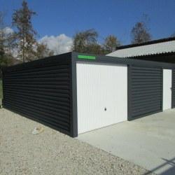 Široka enojna garaža z dodatnimi vrati ob hiši