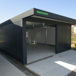 Široka garaža z nadstreškom nad vrati