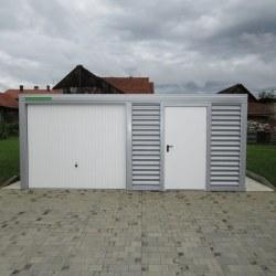Široka srebrna garaža spredaj