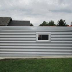Široka srebrna garaža pogled od zadaj