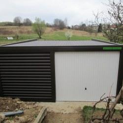 Širša rjava avtomobilska garaža z belimi vrati