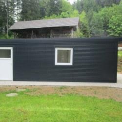 Širša avtomobilska garaža z dvema oknoma in vrati